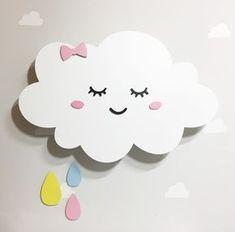 Nuvem com gotas e rostinho - Iluminação de LED ideal para decoração quarto de bebê. Cor - Branca com gotas - cor a escolher. Tamanho - 40cm largura Material - Nuvem e gotas - MDF - equipada com luzes de led. Podemos fazer a nuvem em outras cores, nos contate. Contem chave liga e deslig...