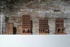 Materialmix: Hans Kollhoffs Holzmodelle von Steinfassaden vor den Ziegeln der Cordiere
