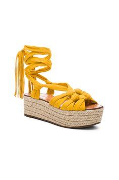 Sigerson Morrison Cosie Sandal en Amarillo | REVOLVE