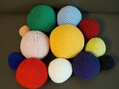 코바늘 공/볼은 다양한 소품으로 이용될수 있어서 활용도가 아주 높다. 아이들 장난감, 크리스마스 오너먼트, 인형머리, 쿠션 등등. 이러한 공 만들기는 어떻게 보면 간단하면서도 원하는 사이즈별로 가늠해서 뜨.. Easter Eggs, Hand Knitting, Diy And Crafts, Projects To Try, Crochet, Pattern, Handmade, Furniture, Balls