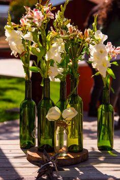 Hermosas flores y detalles de decoración para tu boda en Hacienda Los Picachos. Botellas. Ideas para boda. Bodas campiranas. Bodas al aire libre. San Miguel de Allende.