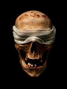 plainpicture - Blindfold Close-up Image Search Skull Reference, Art Reference Poses, Skull Anatomy, Blackout Tattoo, Skull Artwork, Dark Images, Skull Island, Yoruba, Pirate Skull