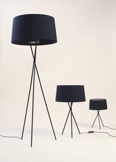 Tripode G5 Floor lamp Santa & Cole for €486.00. Best price guarantee ✓ Free shipping in many countries ✓ 28 days right of return ✓ 3% discount on prepayment ✓
