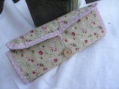 """Eine hübsche, handgenähte Schmuckrolle, nach eigenem Muster. Ich mag das fröhliche Blumenmuster, kombiniert mit dem rosa Pünktchenstoff. Schmuckrolle """"Rosalie"""" von sabinchenfrauenzimmer auf DaWanda.com"""