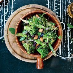 avocado rezept zum genießen salat mit brokkoli ruccola nüsse grüner salat in schüssel spargeln blumen bohnen