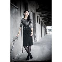 """Lass die Rockabella in dir raus. Mit diesem langen #Kleid """"Star Board"""" von #Rockabella bist du der Star im Raum. Das figurbetonte Kleid mit gestreiftem Oberteil und schwarzem Rockteil mit den Ankerknöpfen beschert deinen Kurven einen fabelhaften Auftritt. Hinten sorgt ein sexy Gehschlitz für Aufmerksamkeit. #rockit #rockwear #rockmode #rockstyle #empstyle"""