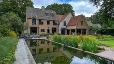 Exclusieve domeinvilla op ca. 3.000 m². De tuin is volledig omheind en voorzien van een automatische poort en tuin verlichting.
