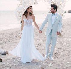 Beren Saat ve Kenan Doğulu sonunda evlendi. Güzel çiftin mutluluk pozları ve gelinlik - damatlık detayları blogta sizleri bekliyor. http://pimood.com/beren-saatin-gelinligi/ #berensaat #kenandoğulu #düğün #gelinlik #damatlık