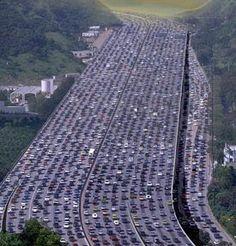 En agosto de 2010, automovilistas de la ruta que une Tibet con Beijing debieron soportar un atochamiento vehicular de 9 días a causa de los trabajos de reparacion de una carretera vecina, El caos era de tal magnitud que incluso las máquinas de los trabajos de reparacion quedaron atrapadas.