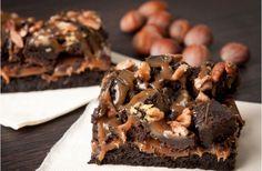 Brownies med kola och dubbel choklad - det här är en riktig smarrig brownie extra allt. Känd som ooey gooey i Amerika.
