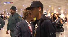 Jetss  Neymar chega em Barcelona acompanhado de Bruna Marquezine