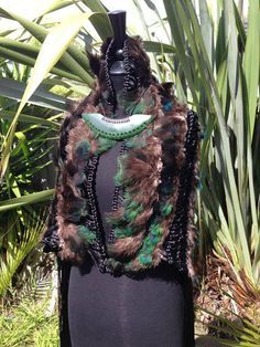 Beyoncé receives Korowai and Pounamu while in New Zealand - Gallery photos - GALLERY - Mai FM Polynesian People, Polynesian Culture, Flax Weaving, Maori Designs, Maori Art, Feather Crafts, Workshop Ideas, Tribal Art, Cloak