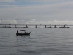 Pesca na Baía de Guanabara. Março 2016. Foto de Carolina Belo. #baiadeguanabara #labhidroufrj #ufrj #riodejaneiro #errejota #barco #ponterioniteroi #ponte