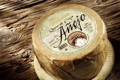 Elaborado con leche de oveja pasteurizada. Un queso selecto, singular, artesano, envuelto a mano en manteca al inicio de su proceso de curación. La manteca