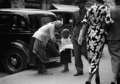 Contraste bucureștene în centru, 1935. [foto: Willy Pragher]