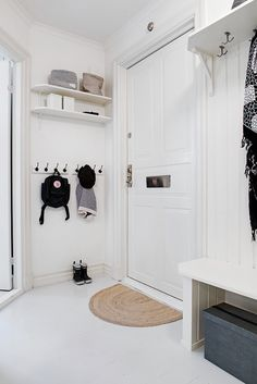 Scandinavian home staging ❤ certified home stager│accredited by resa │true scandinavian. book a service and get more inspiration on www. Apartment Entrance, Entrance Foyer, House Entrance, Entryway Decor, Entryway Hooks, Entryway Lighting, Modern Entryway, Hallway Inspiration, Decoration Inspiration