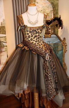 Corsetto 1700 fantasia leopardo abbinato a fascia in pelliccia e gonna tulle, by Scatola Magica