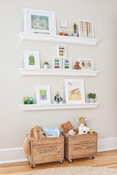 Un espacio en la pared para estantes y adornos infantiles. Y además aprovechas a poner debajo unos cajones con ruedas para los juguetes. #DIY