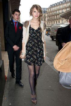 Taylor Swift ensinando como misturar estampa no vestido com textura da meia. Ficou lindo!