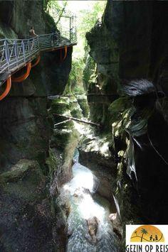 Hotspot: Gorges de Fier - Gezin op Reis Deze mooie kloof kan je overheen wandelen via een loopbrug.