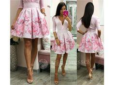 Táto mini suknička si krásne drží áčkový tvar vďaka spodničke, na ktorej je našitý tyl. Sukňa je pútavá vďaka žiarivým kvetinám vpestrých farbách. Ksukni stačí jednoduchý top, lodičky asoslňujúcim outfitom môžete vyraziť. Pás na sukni nie je elastický a vzadu sa zapína zipsom. Tyl, Mini, Floral, Skirts, Dresses, Fashion, Vestidos, Moda, Skirt