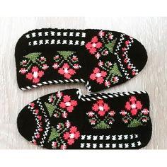 Kurta Neck Design, Diy And Crafts, Slippers, Knitting, Crochet, Instagram Posts, Shawls, Socks, Needlepoint