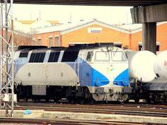 """Estación de Salamanca. ADIF.  Locomotora diesel 333 RENFE """"Grandes Líneas""""."""