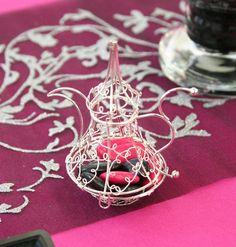 N'oubliez pas de choisir un contenant à dragées en accord avec votre thème : voici une très jolie théière marocaine en métal. Déposez-y quelques dragées, soit directement, soit après les avoir placés dans un petit sachet en PVC.