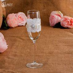 Túžite po jemnej a elegantnej svadbe?  Romantické svadobné poháre zdobené jemnou krajkou, saténovou stužkou a elegantnou ozdobou. Flute, Champagne, Tableware, Dinnerware, Tablewares, Flutes, Dishes, Tin Whistle, Place Settings