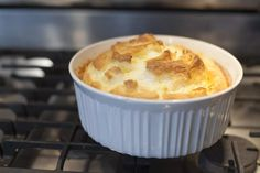 This baked oatmeal souffle is different from your typical baked oatmeal recipe: egg whites are whipped and baked in to create a fluffy oatmeal souffle. Cheese Souffle, Souffle Dish, Souffle Recipes, Oatmeal Souffle Recipe, Oatmeal Recipes, Omelettes, Breakfast Dishes, Breakfast Recipes, Gourmet