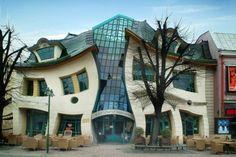 """A Krsywy Domek, ou """"casa torta"""", fica em Sopot, estação balneária do norte da Polônia, e foi construída em 2004. O prédio parece refletido em um espelho que deforma as imagens, tem cerca de 4 mil metros quadrados e faz parte de um shopping center Foto: Divulgação"""
