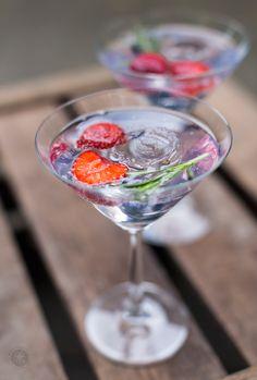Aperitif: Mediterraner Gin-Tonic mit Rosmarin und Erdbeere | Rezept von feiertaeglich.de