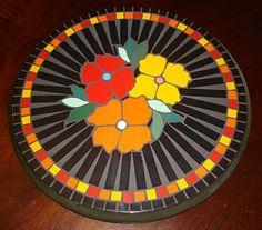 Blog com fotos e dicas de artesanatos em geral (biscuit, decoupagem, sabonetes, aromatizadores de ambiente, mosaico, pintura, reciclagem, etc), culinária, confeitagem de bolos,festa,custura,reciclagem,adesivo de parede, decoração e paisagismo. Easy Mosaic, Mosaic Tray, Mosaic Glass, Mosaic Tiles, Stained Glass, Mosaic Outdoor Table, Outdoor Table Tops, Mosaic Stepping Stones, Mosaic Flowers