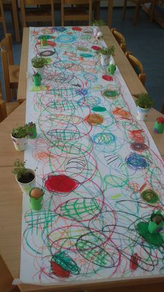 Easter tablecloth with wax crayons. First as a group, walk around the table forming loops. Then look for eggs and chickens. If you find one, you can decorate it! Easter Art, Easter Crafts, Easter Bunny, Crafts For Boys, Art For Kids, Diy And Crafts, Preschool Art, Kindergarten Activities, Morning Activities