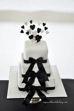 Una tarta con corazones, en blanco y negro.
