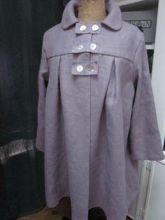 Manteau AGLAE en lin épais parme surané fermé par 3 pattes de boutonnages et quelques boutons de nacre (2)