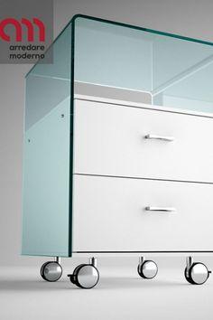 Cassettiera in vetro curvato trasparente da 8 mm, provvista di 2 cassetti con sistema di chiusura automatica soft. La struttura dei cassetti è in legno laccato bianco. Ruote e maniglie cromate. La parte in vetro è disponibile nelle seguenti finiture: trasparente, extralight, fumé, bronzo, nero95 e retro argentato. #cassettiera #vetro #rialto #fiam #arredaremoderno Modern Glass, Filing Cabinet, Storage, Furniture, Home Decor, Purse Storage, Decoration Home, Room Decor, Larger