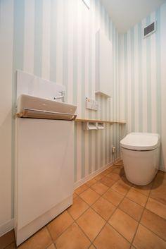 洗濯室の横のトイレは、ストライプ柄のクロス(品番: #RE-2844 )と、テラコッタ風のクッションフロア(品番: #HM-1113 )でコーディネート。 2階はTOTOのタンクレストイレと、手洗いカウンター カウンターは「ミルベージュ」というナチュラルな木目色に、収納は、ストライプのクロスに映えるホワイト色にされました。 #壁紙 #クロス #ストライプ #クッションフロア #CF #テラコッタ Bathroom Toilets, Toto, Interior Styling, Diy And Crafts, Curtains, House, Bath Room, Design, Home Decor