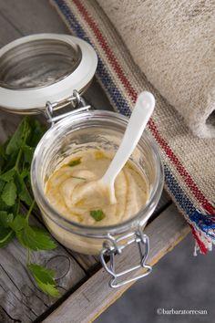 Ricetta tradizionale del babaganoush: salsa alle melanzane, tipica della cucina mediorientale, nello specifico della cucina israeliana...