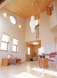 吹き抜けのリビングルームを見おろす窓は2階の子供部屋。家族のコミュニケーションを重視した設計です。|インテリア|ナチュラル|コーディネート|デザイン|おしゃれ|吹き抜け|モダン|