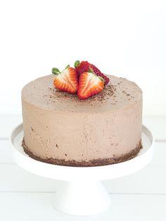 Makeaa maanantaiaamua! Sunnuntaina syötiin suklaakakkua, kuten Instagramista jo osa huomasikin. Tiedän, että monet kutsuvat näitä tuorejuustokakkuja nimellä juustokakku, mutta minä puhun mieluummin hyydykekakusta, sillä itselleni se one and only juustokakku on amerikkalaistyylinen, uunin kautta kulkenut leivonnainen. No, rakkaalla lapsella monta nimeä. Hyydytetyt kakut olivat aika trendi jokunen vuosi sitten, ja tehdäänhän niitä yhä aika paljon … Food N, Food And Drink, Kuu, Fancy Cakes, Wonderful Things, Cheesecakes, Yummy Cakes, Panna Cotta, Sweet Tooth