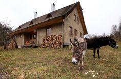 Vyučený tesař si postavil Slaměnku, dům z přírodních materiálů. Přirozeně nízkoenergetická a ekologická stavba vyhrála v soutěži E.ON Energy Globe Award ČR, přezdívané Ekologický Oscar.