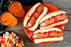 Halloween meal scene with hot dog fingers, drinks and candy, above view a wood background royalty free images photo Halloween Hotdogs, Halloween Fingerfood, Halloween Appetizers, Dog Halloween, Halloween Party, Halloween Halloween, Halloween Pictures, Halloween Costumes, Monster Party