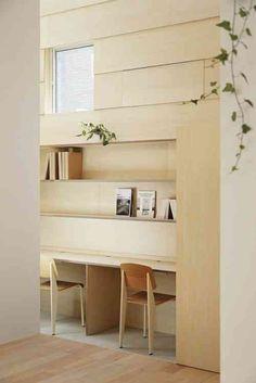 Un autre espace important - le coin consacré au travail avec un bureau, des chaises et des étagères en bois