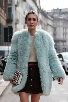 La moda propone y las mujeres disponen en la calle: estolas, abrigos, key chains...