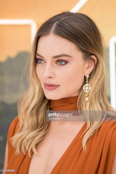 "Margot Robbie attends the ""Once Upon a Time. in Hollywood"" UK Premiere at Odeon Luxe Leicester Square on July 2019 in London, England. Get premium, high resolution news photos at Getty Images Cabelo Margot Robbie, Margot Robbie Style, Margot Elise Robbie, Margot Robbie Harley, Margot Robbie Photoshoot, Brown Blonde Hair, Blonde Honey, Hair Inspiration, Wedding Hairstyles"
