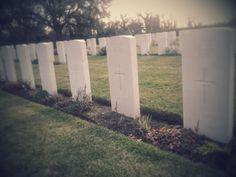 Le lapidi bianche che spuntano dal verde dell'erba ricordano i nomi dei 597 caduti dell'esercito britannico e dei paesi del Commonwealth,morti nei combattimenti che seguirono lo sbarco degli Alleati nei campi di battaglia tra Bolsena e Orvieto,a cui si aggiunsero,in seguito,altre salme provenienti dall'Elba.