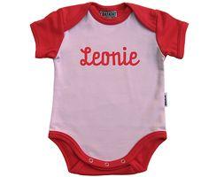 Personalisierte Geburtsgeschenke!!! Egal ob Body, T-Shirt, Kleidchen oder Longsleeve. Mit dem Namen drauf wird´s individuell und zaubert ein Lächeln in jedes Gesicht. Bezugsquelle: http://www.batata.de/Babykleidung--Kinderkleidung--Erstausstattung--Shirts--Oberteile--Pullover--Hosen--Kleider/Personalisierte-Shirts-Bodies-Kleider/ #Batata