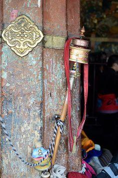 Prayer wheel, Jokhang Temple/Qokang Monastery, Barkhor Square in Lhasa, Tibet √