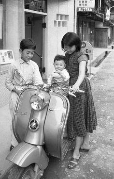 1956年、買ったばかりのラビットS61に嬉しそうな三姉弟。